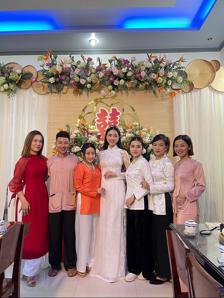Tiểu Vy, Đỗ Mỹ Linh cùng dàn hậu diện áo bà ba làm phù dâu cho đám cưới Á hậu Thuý An - ảnh 4