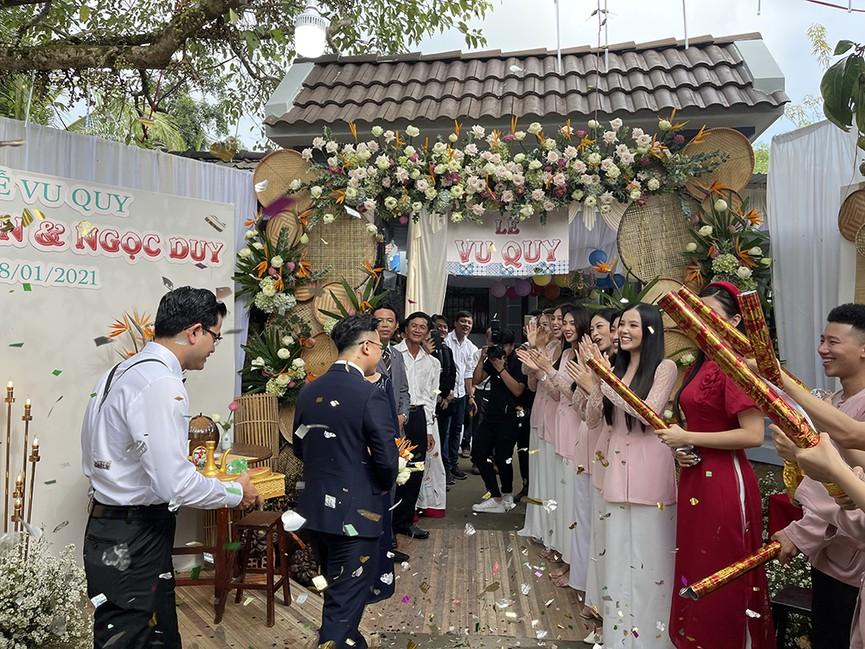 Tiểu Vy, Đỗ Mỹ Linh cùng dàn hậu diện áo bà ba làm phù dâu cho đám cưới Á hậu Thuý An - ảnh 8