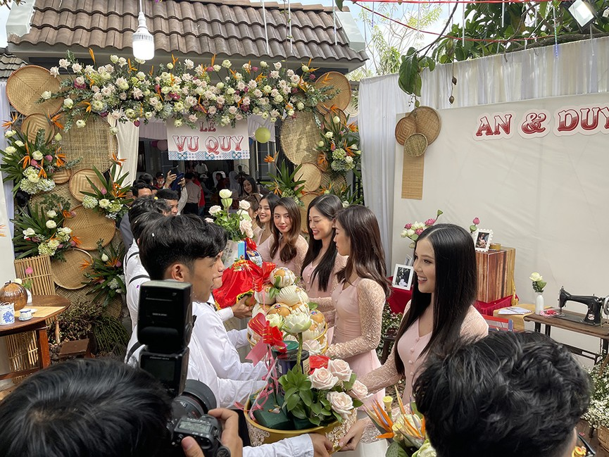 Tiểu Vy, Đỗ Mỹ Linh cùng dàn hậu diện áo bà ba làm phù dâu cho đám cưới Á hậu Thuý An - ảnh 9