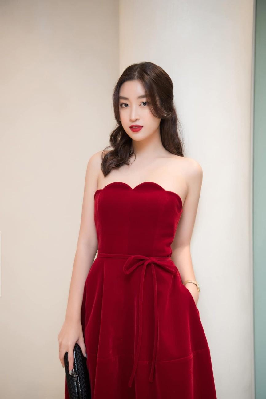 Đỗ Mỹ Linh, Lương Thuỳ Linh đọ sắc với váy áo nóng bỏng  - ảnh 1