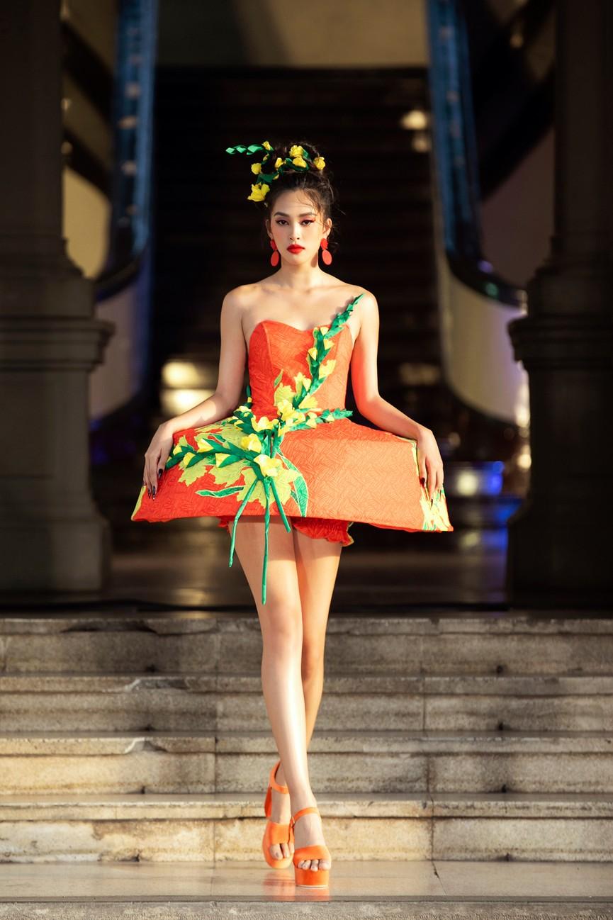 Hoa hậu Tiểu Vy diện váy dáng phồng lạ mắt, khoe chân dài cực gợi cảm trên sàn catwalk - ảnh 1