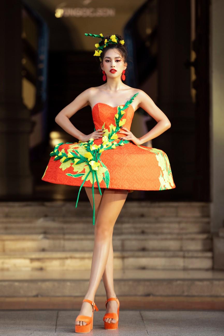 Hoa hậu Tiểu Vy diện váy dáng phồng lạ mắt, khoe chân dài cực gợi cảm trên sàn catwalk - ảnh 2