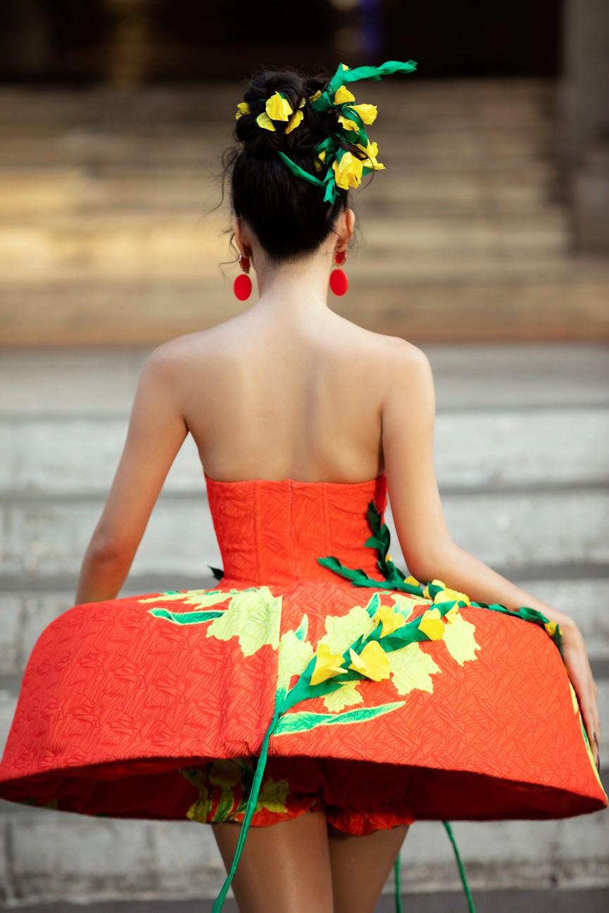 Hoa hậu Tiểu Vy diện váy dáng phồng lạ mắt, khoe chân dài cực gợi cảm trên sàn catwalk - ảnh 7