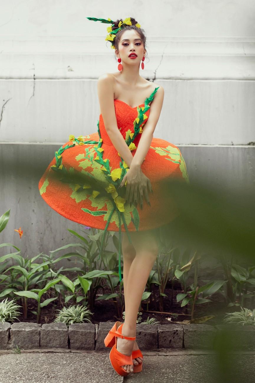 Hoa hậu Tiểu Vy diện váy dáng phồng lạ mắt, khoe chân dài cực gợi cảm trên sàn catwalk - ảnh 11