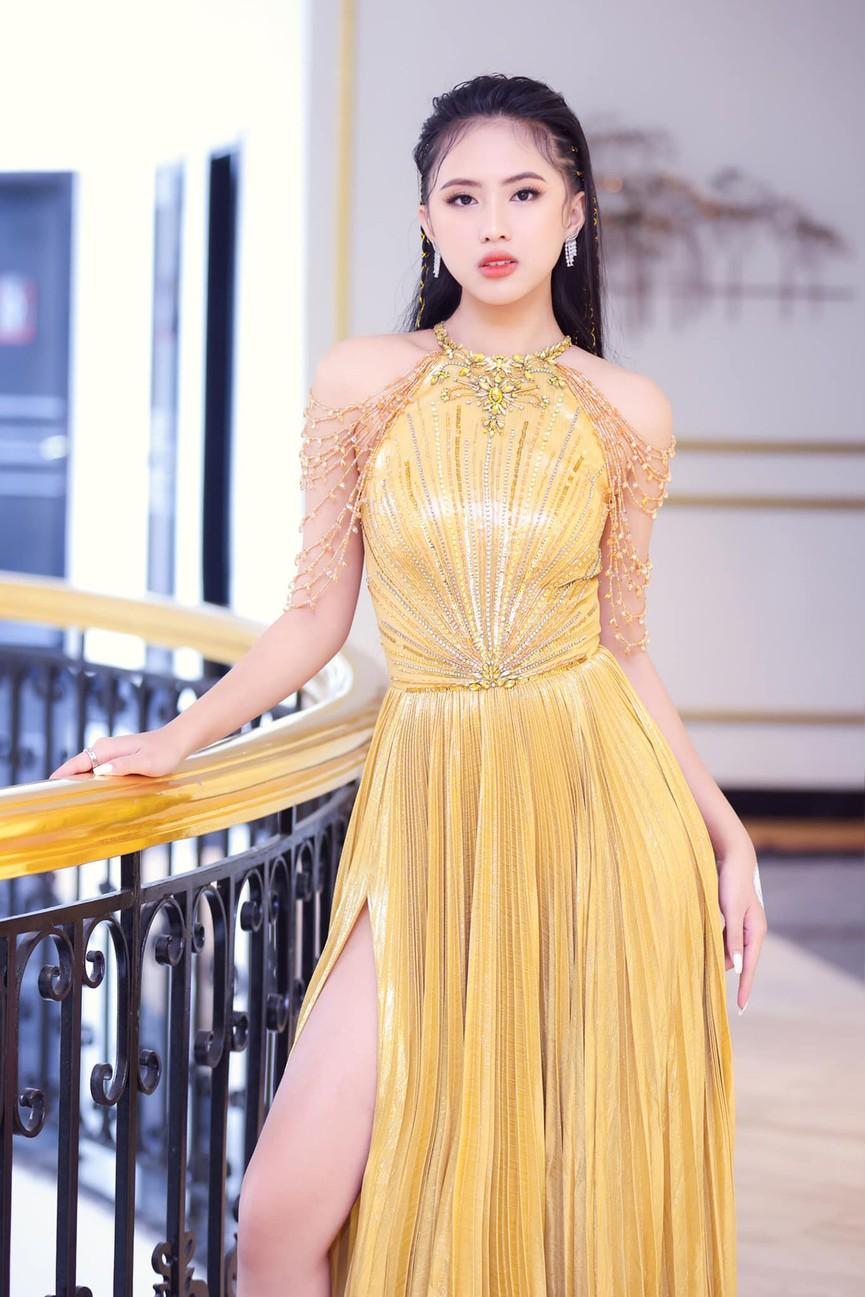 Người đẹp Thể thao Phù Bảo Nghi diện váy xẻ táo bạo, Lương Thùy Linh quấn khăn làm váy - ảnh 4