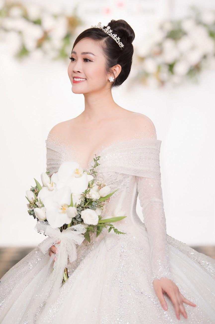 Á hậu Thụy Vân, vợ NSND Công Lý dự đám cưới của MC Thùy Linh và ông xã kém 5 tuổi - ảnh 16