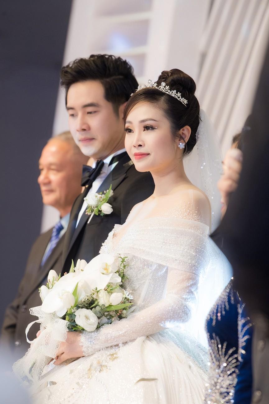 Á hậu Thụy Vân, vợ NSND Công Lý dự đám cưới của MC Thùy Linh và ông xã kém 5 tuổi - ảnh 15