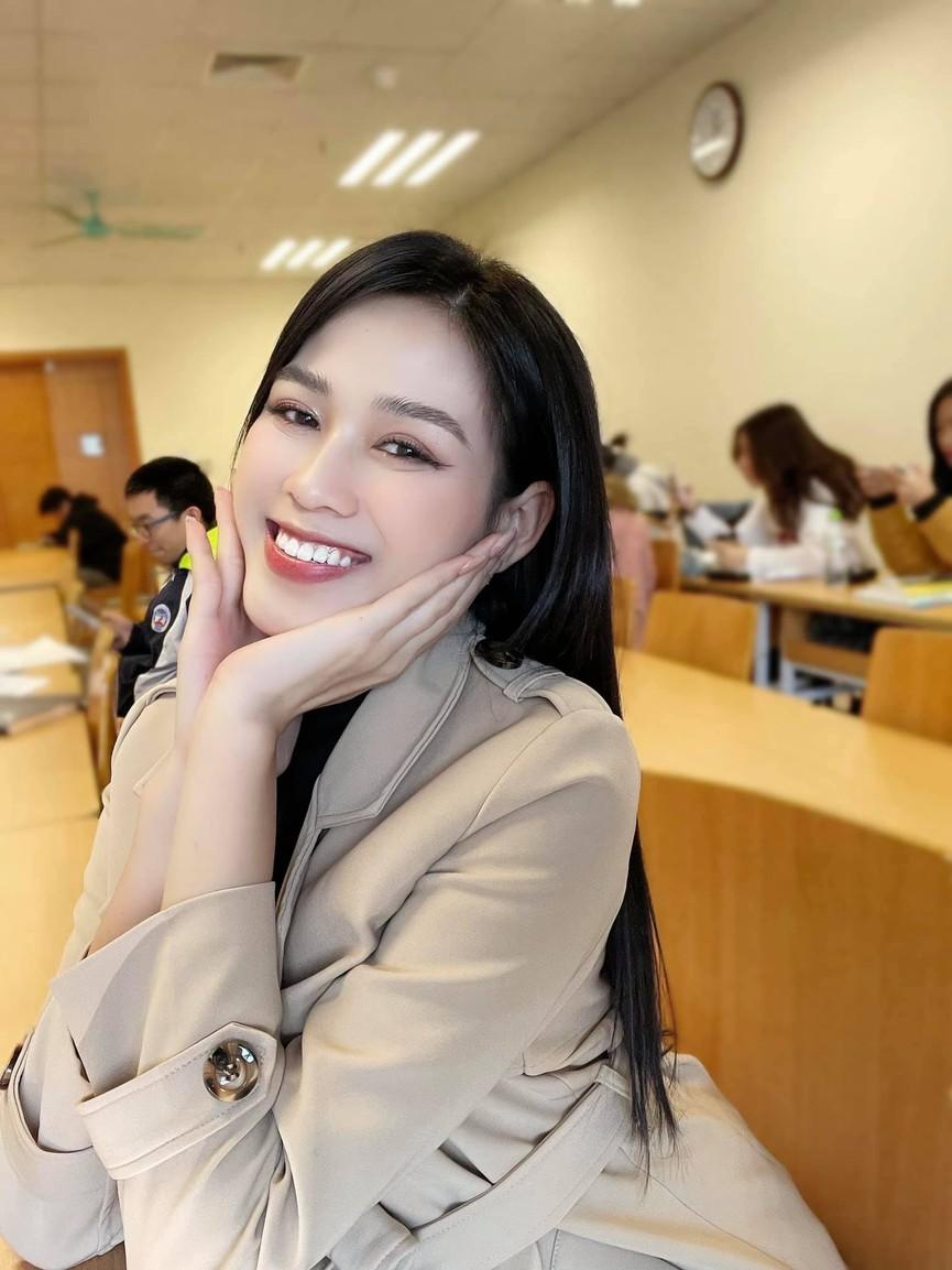 Giản dị lên giảng đường, Hoa hậu Đỗ Thị Hà vẫn được khen ngợi xinh đẹp rạng rỡ - ảnh 1