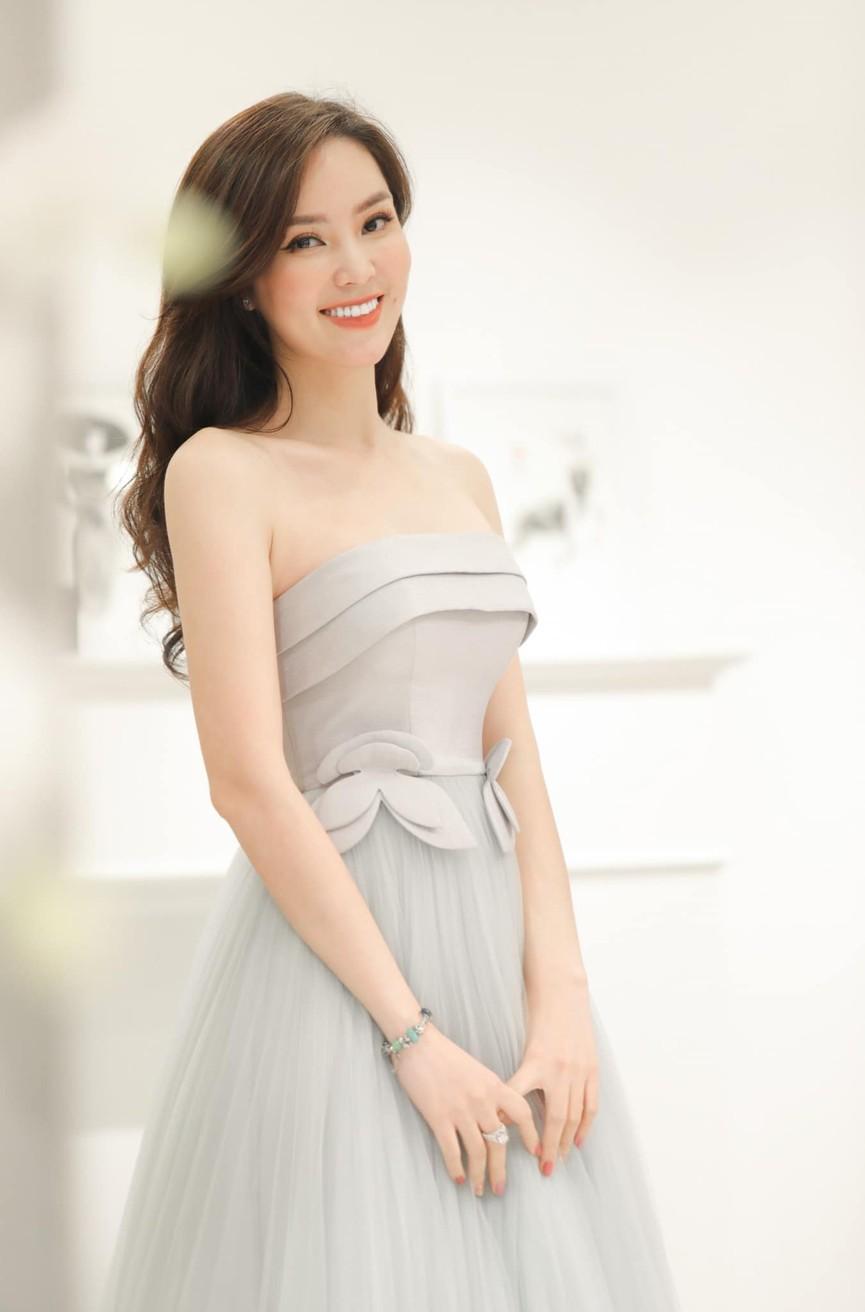 Tiểu Vy mặc giản dị mà 'chất' như fashionista, Khánh Vân khoe vòng một nóng bỏng  - ảnh 9