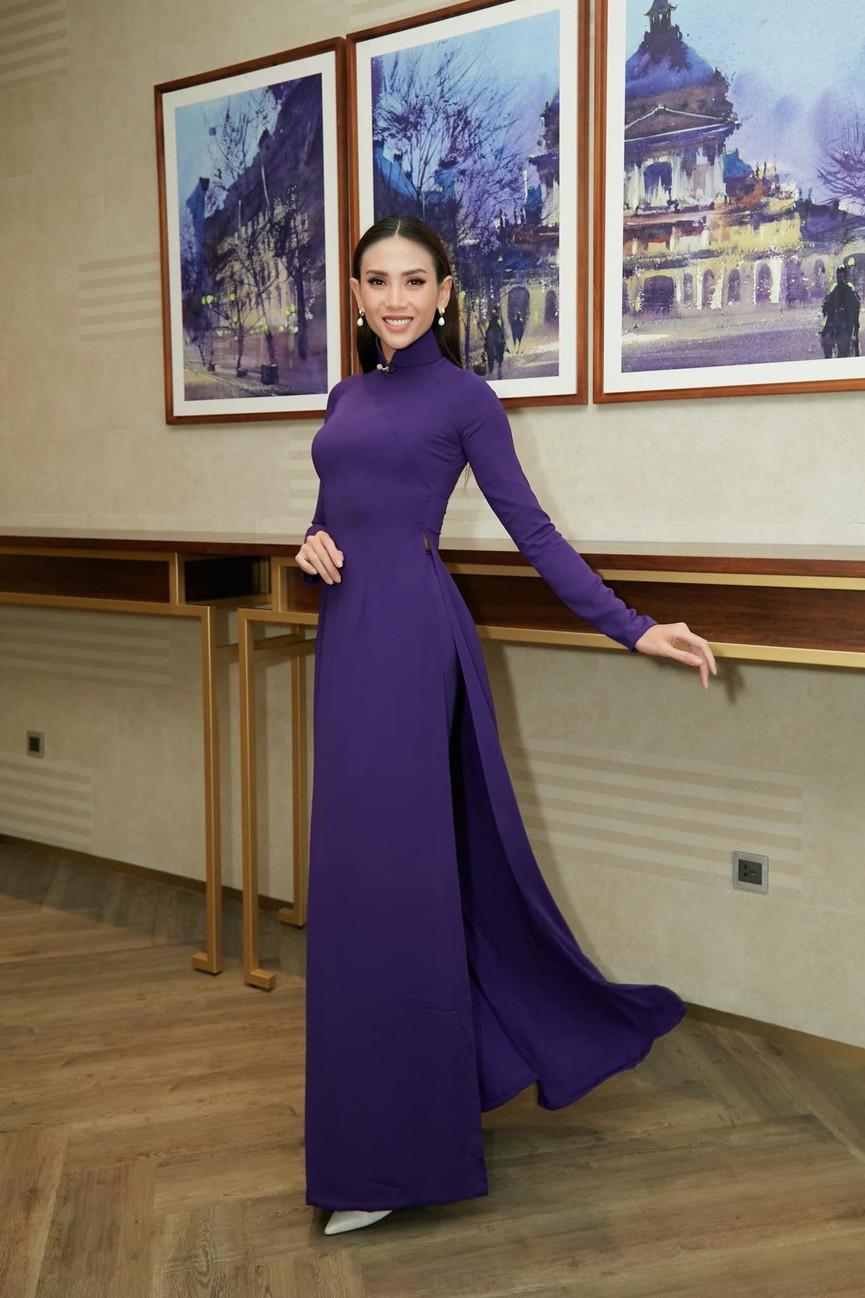 Tiểu Vy mặc giản dị mà 'chất' như fashionista, Khánh Vân khoe vòng một nóng bỏng  - ảnh 5