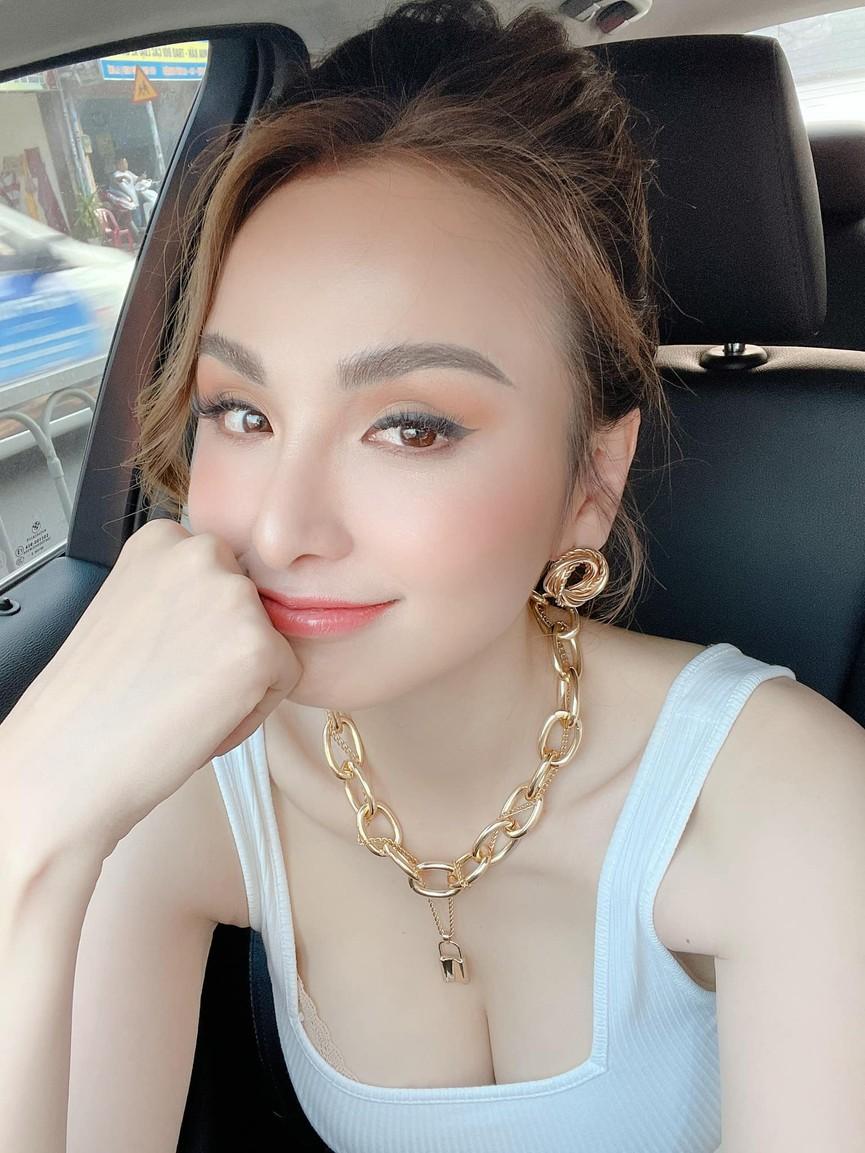 Tiểu Vy mặc giản dị mà 'chất' như fashionista, Khánh Vân khoe vòng một nóng bỏng  - ảnh 12