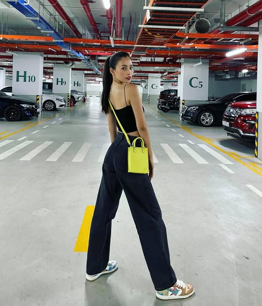 Tiểu Vy mặc giản dị mà 'chất' như fashionista, Khánh Vân khoe vòng một nóng bỏng  - ảnh 2