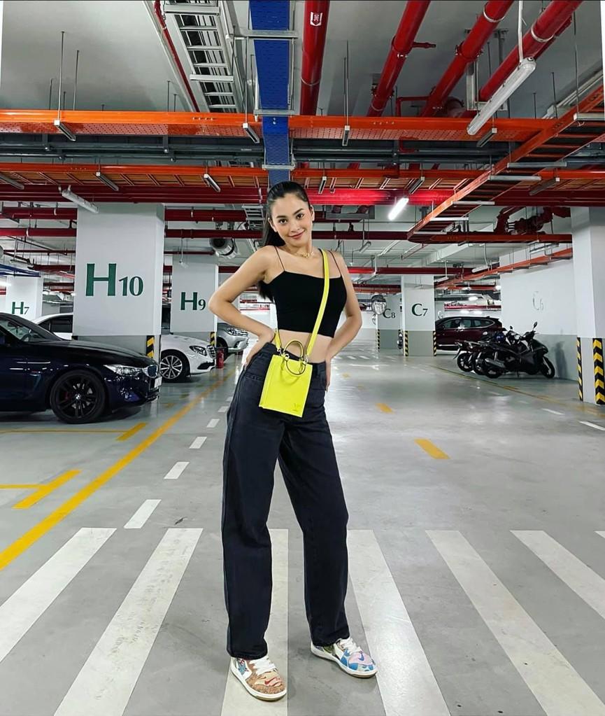 Tiểu Vy mặc giản dị mà 'chất' như fashionista, Khánh Vân khoe vòng một nóng bỏng  - ảnh 1