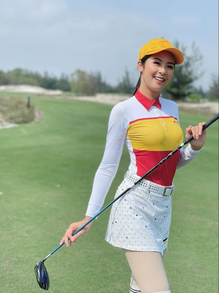 Tiểu Vy mặc giản dị mà 'chất' như fashionista, Khánh Vân khoe vòng một nóng bỏng  - ảnh 10