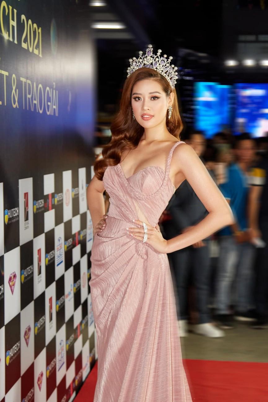 Tiểu Vy mặc giản dị mà 'chất' như fashionista, Khánh Vân khoe vòng một nóng bỏng  - ảnh 3