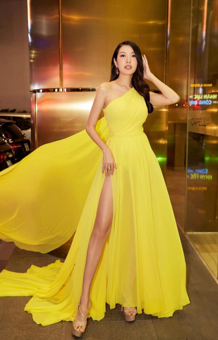 Tiểu Vy mặc giản dị mà 'chất' như fashionista, Khánh Vân khoe vòng một nóng bỏng  - ảnh 14