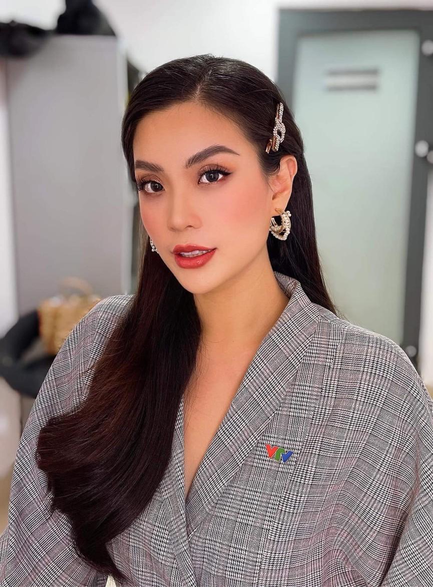 Tiểu Vy mặc giản dị mà 'chất' như fashionista, Khánh Vân khoe vòng một nóng bỏng  - ảnh 16