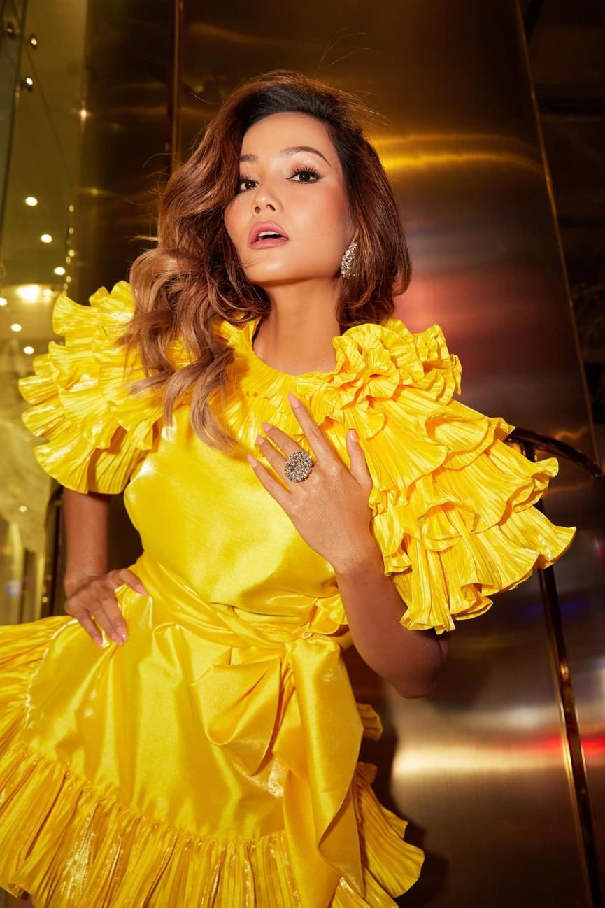 Diện lại sắc vàng từng 'gây bão' ở Miss Universe, H'Hen Niê đẹp rạng rỡ như một đóa hồng - ảnh 2