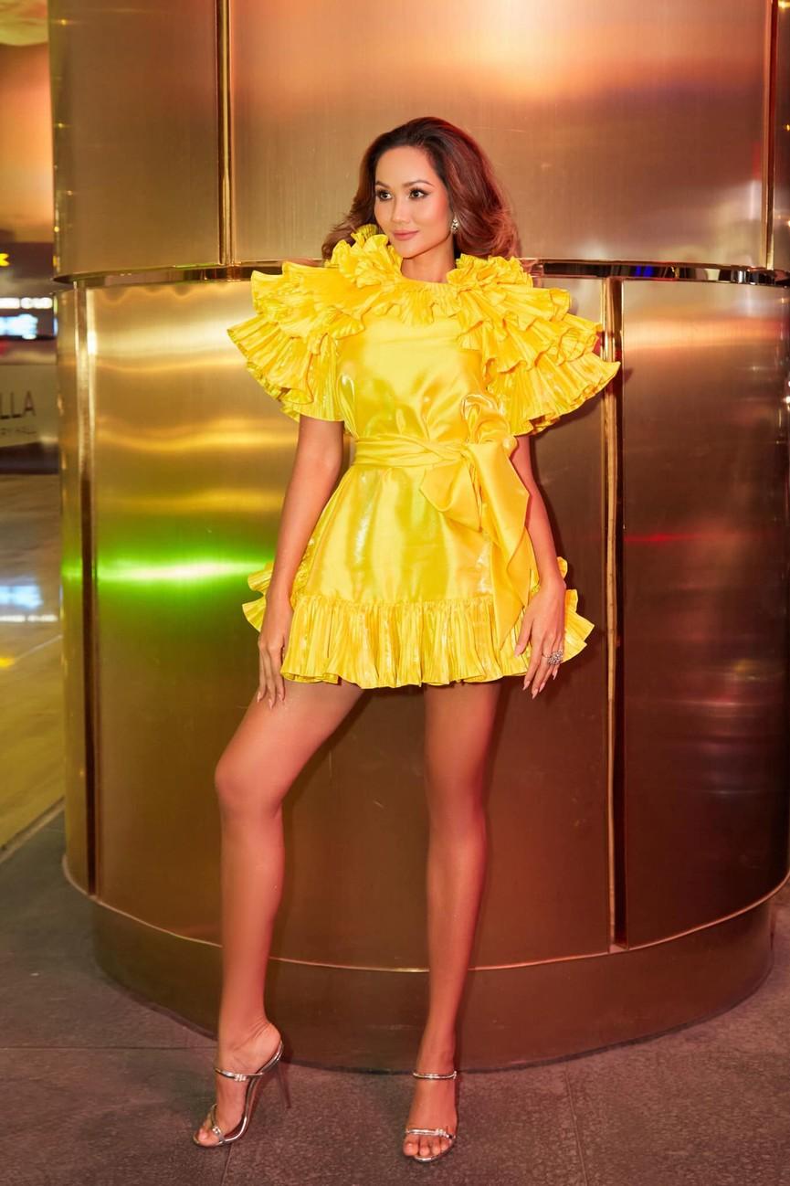 Diện lại sắc vàng từng 'gây bão' ở Miss Universe, H'Hen Niê đẹp rạng rỡ như một đóa hồng - ảnh 1