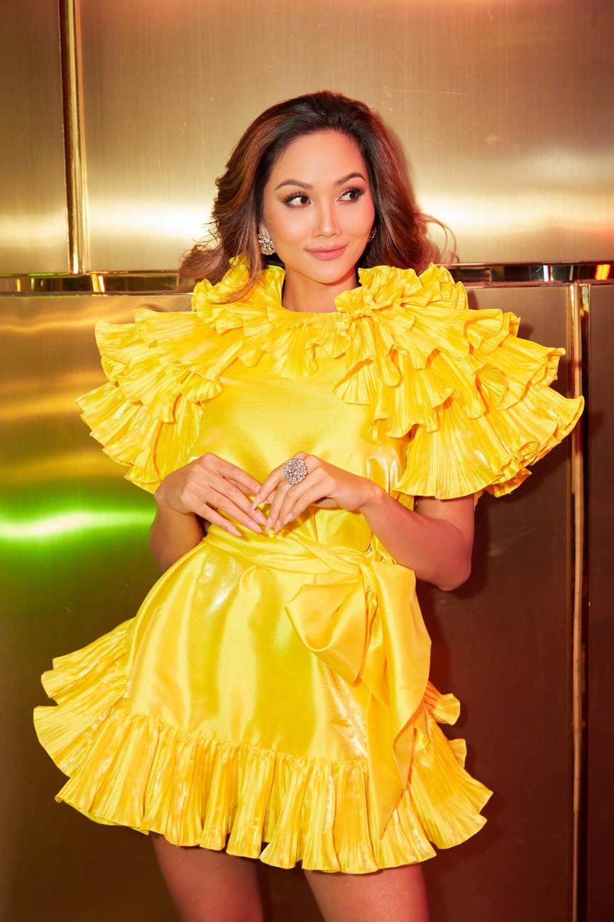 Diện lại sắc vàng từng 'gây bão' ở Miss Universe, H'Hen Niê đẹp rạng rỡ như một đóa hồng - ảnh 3