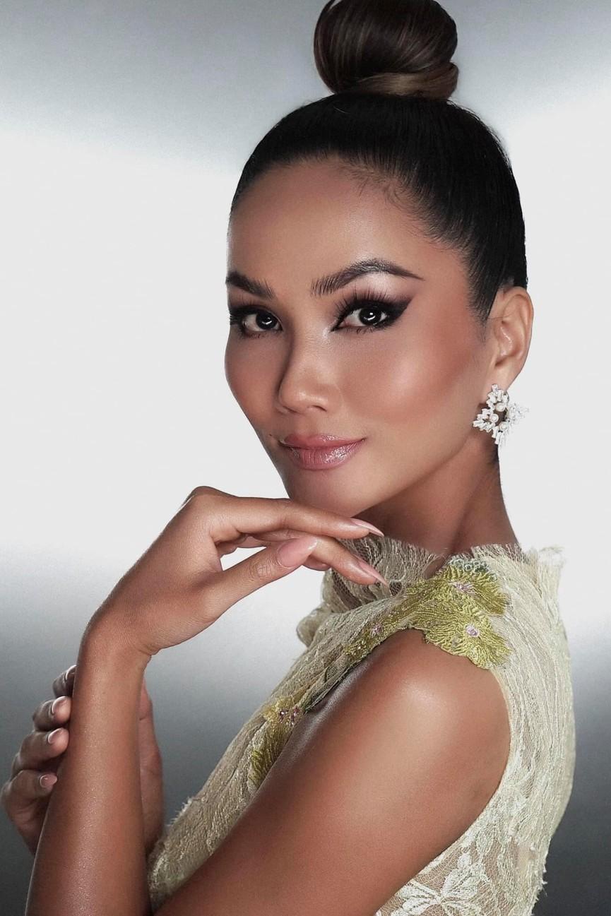 Diện lại sắc vàng từng 'gây bão' ở Miss Universe, H'Hen Niê đẹp rạng rỡ như một đóa hồng - ảnh 8