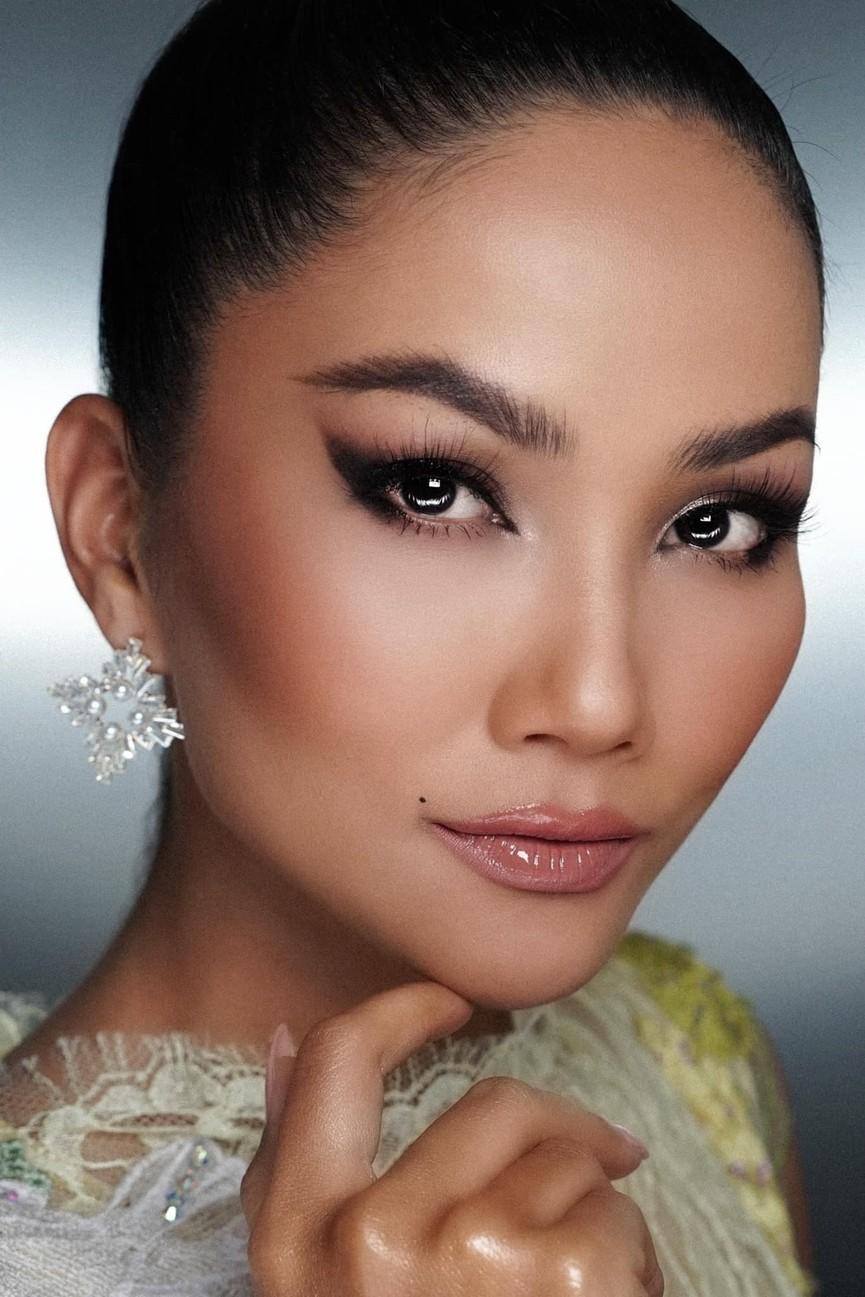 Diện lại sắc vàng từng 'gây bão' ở Miss Universe, H'Hen Niê đẹp rạng rỡ như một đóa hồng - ảnh 9