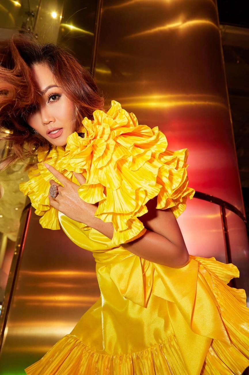 Diện lại sắc vàng từng 'gây bão' ở Miss Universe, H'Hen Niê đẹp rạng rỡ như một đóa hồng - ảnh 5