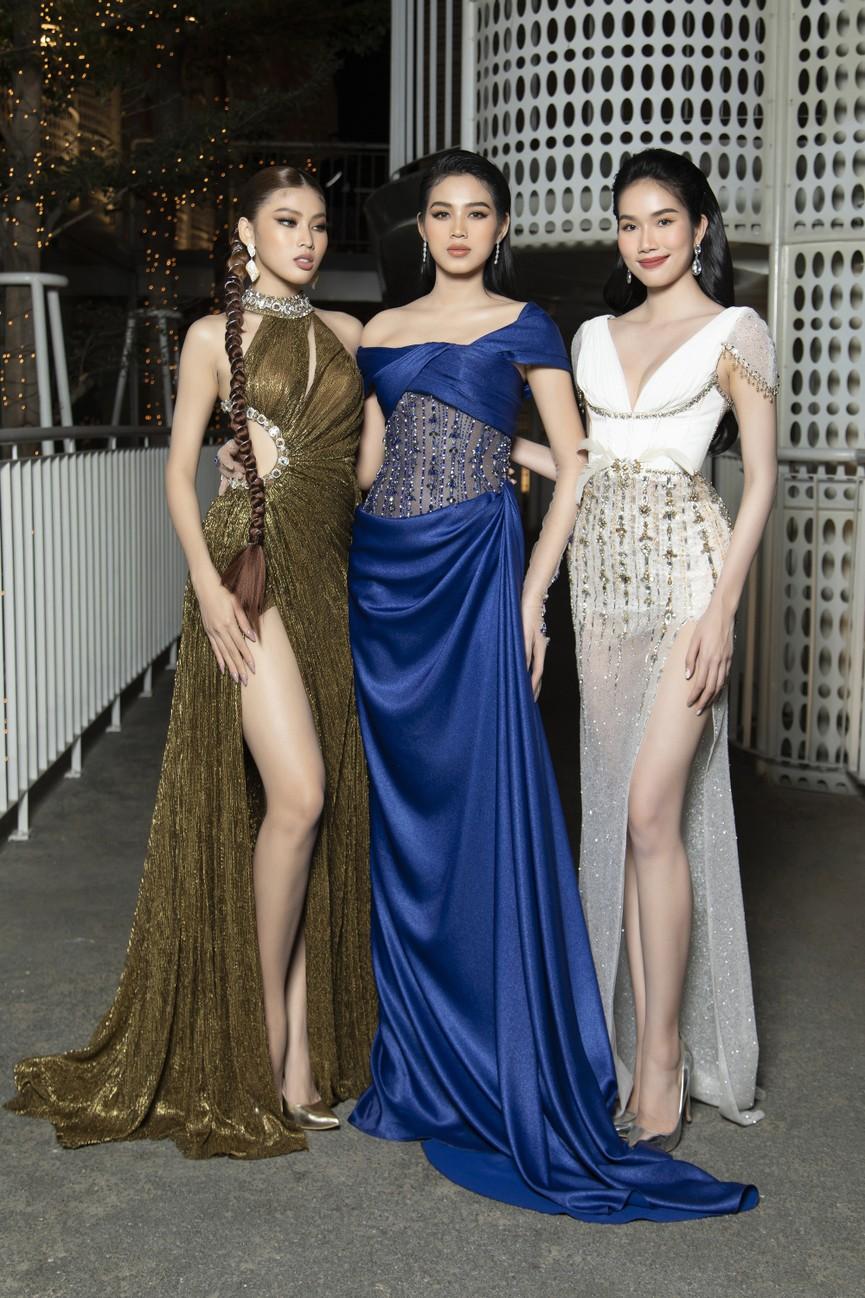 Top 3 Hoa hậu Việt Nam 2020 mặc váy cắt xẻ gợi cảm, đọ sắc Lương Thuỳ Linh-Kiều Loan - ảnh 1