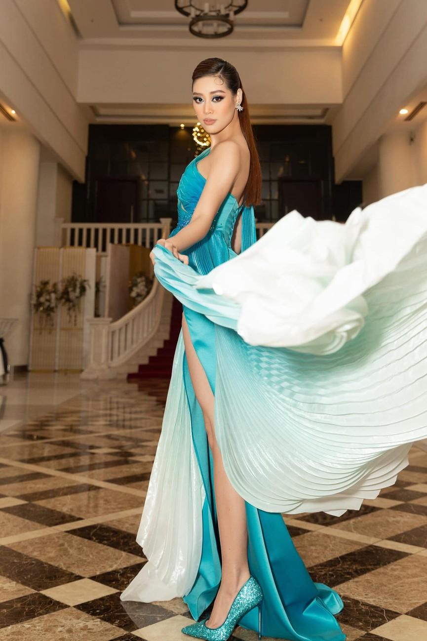 Hoa hậu Tiểu Vy xinh đẹp với áo dài lạ mắt, Khánh Vân diện váy dạ hội cắt xẻ nóng bỏng  - ảnh 4