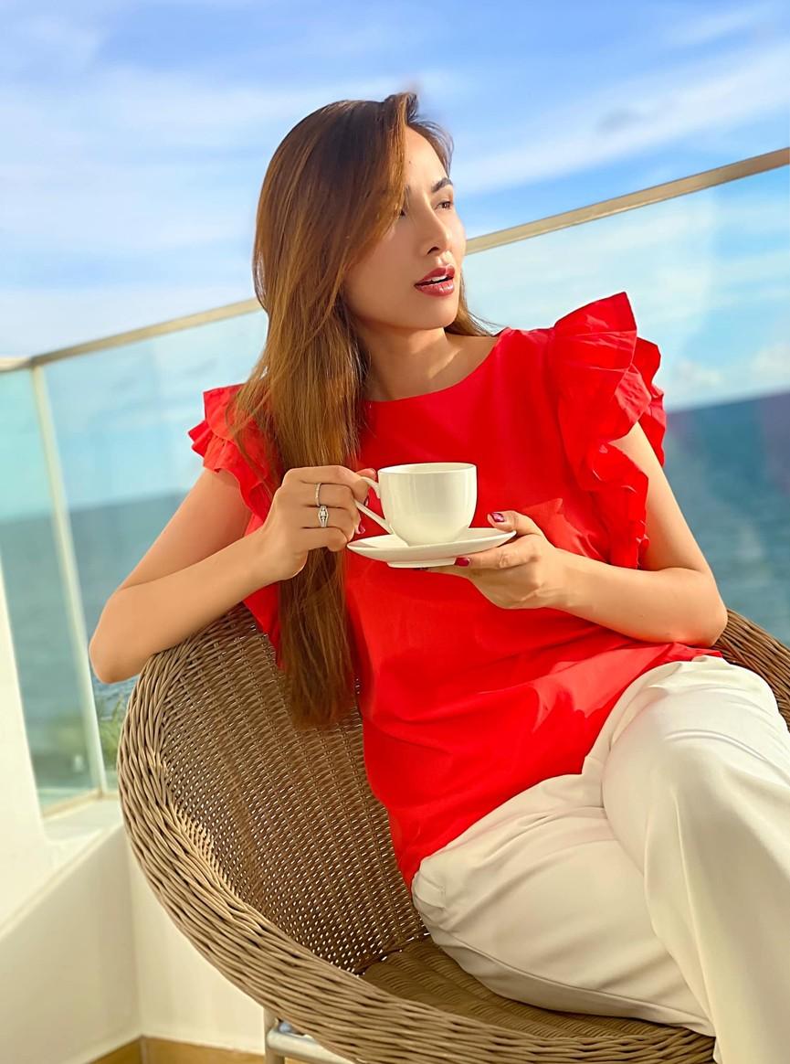 Hoa hậu Tiểu Vy xinh đẹp với áo dài lạ mắt, Khánh Vân diện váy dạ hội cắt xẻ nóng bỏng  - ảnh 13