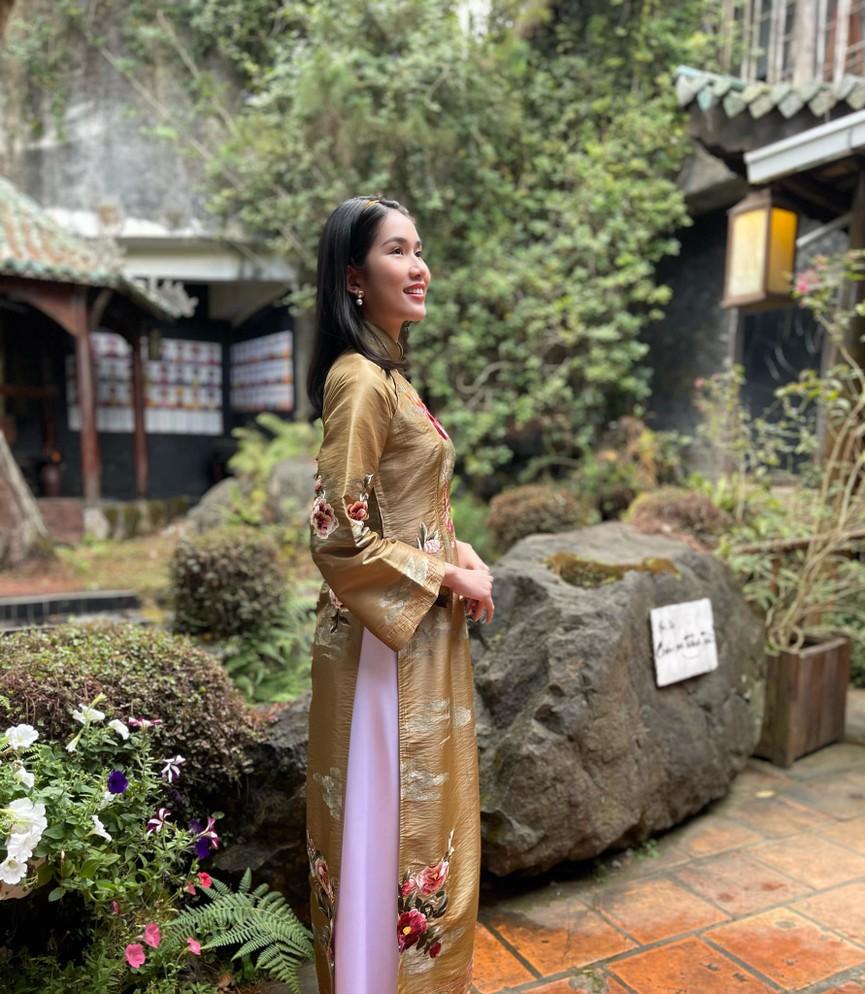 Hoa hậu Tiểu Vy xinh đẹp với áo dài lạ mắt, Khánh Vân diện váy dạ hội cắt xẻ nóng bỏng  - ảnh 12