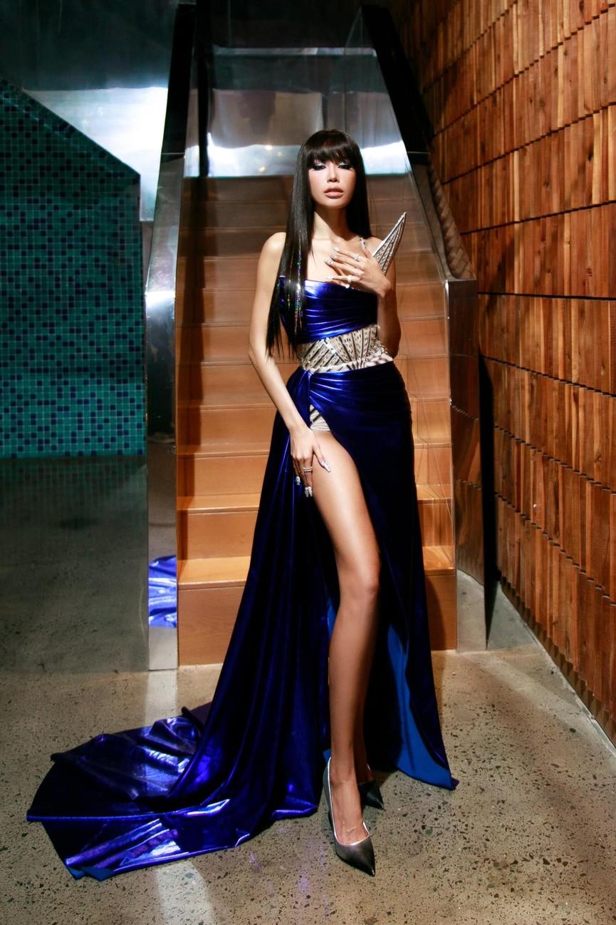 Đỗ Thị Hà mặc mốt giấu quần khoe chân dài sexy, Hoàng Thuỳ diện váy tua rua cắt xẻ táo bạo - ảnh 8