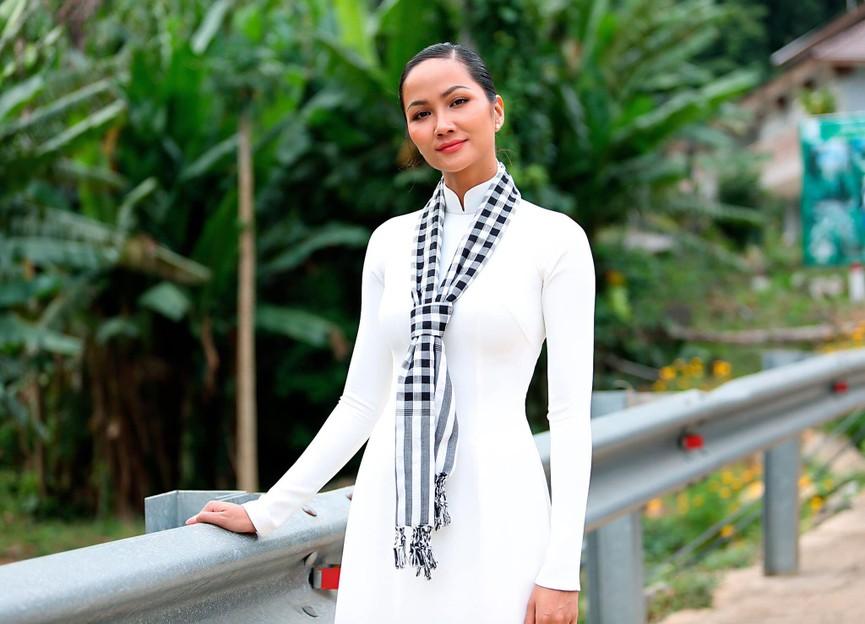 Hoa hậu Tiểu Vy xinh đẹp với áo dài lạ mắt, Khánh Vân diện váy dạ hội cắt xẻ nóng bỏng  - ảnh 7
