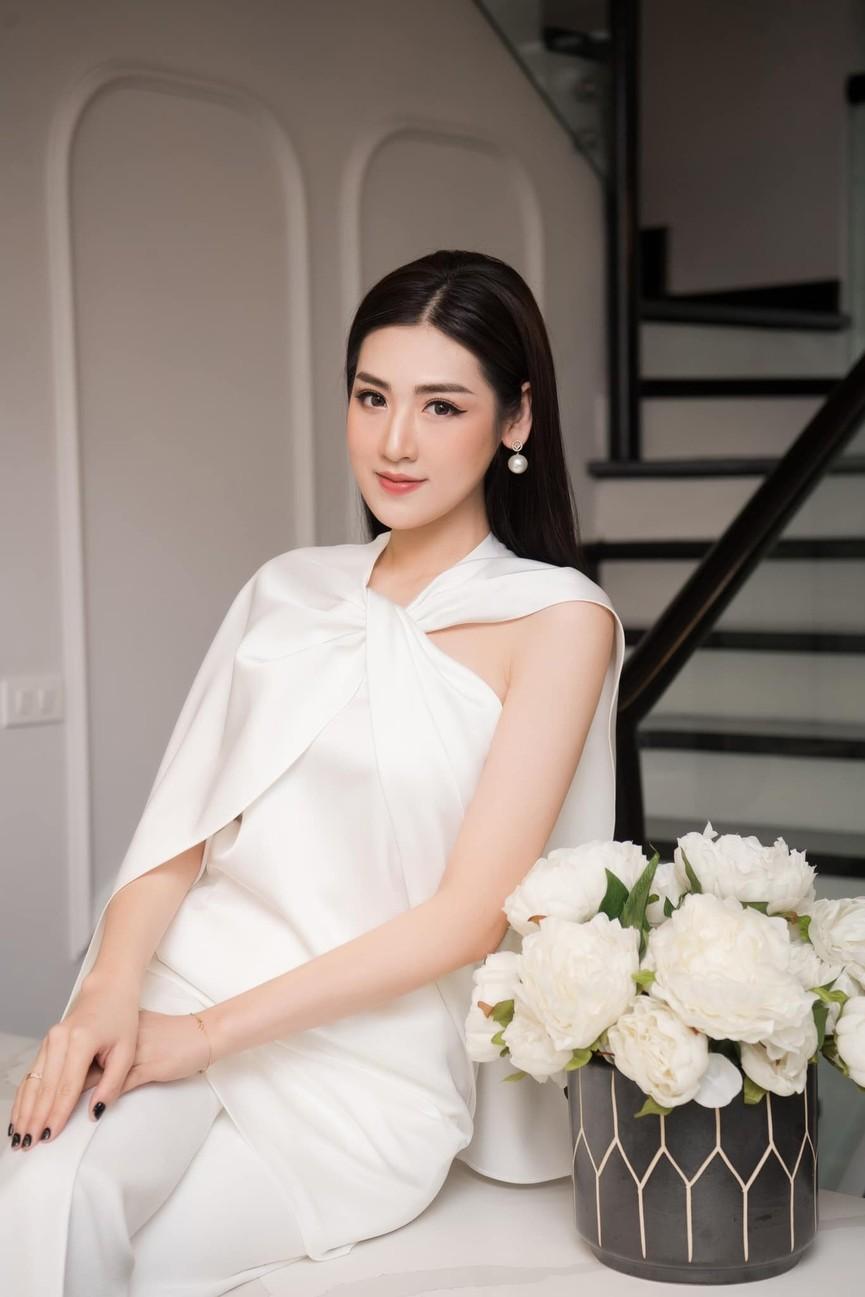 Hoa hậu Tiểu Vy xinh đẹp với áo dài lạ mắt, Khánh Vân diện váy dạ hội cắt xẻ nóng bỏng  - ảnh 9