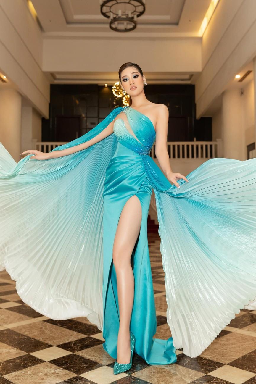 Hoa hậu Tiểu Vy xinh đẹp với áo dài lạ mắt, Khánh Vân diện váy dạ hội cắt xẻ nóng bỏng  - ảnh 5
