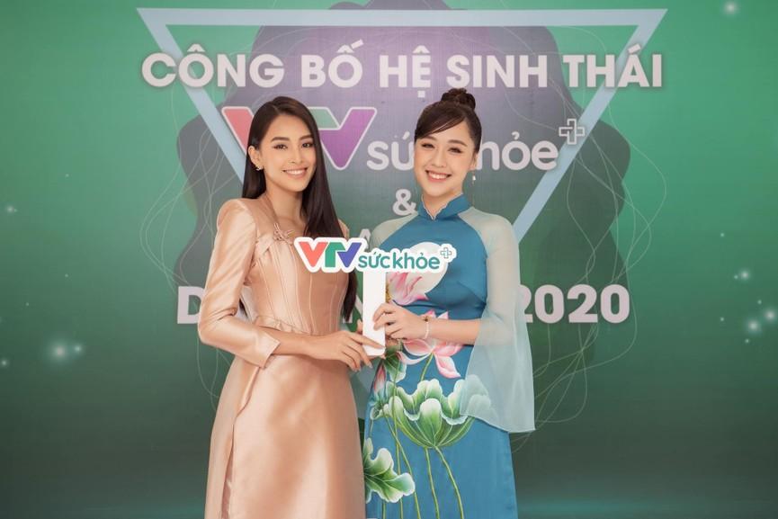 Hoa hậu Tiểu Vy xinh đẹp với áo dài lạ mắt, Khánh Vân diện váy dạ hội cắt xẻ nóng bỏng  - ảnh 3