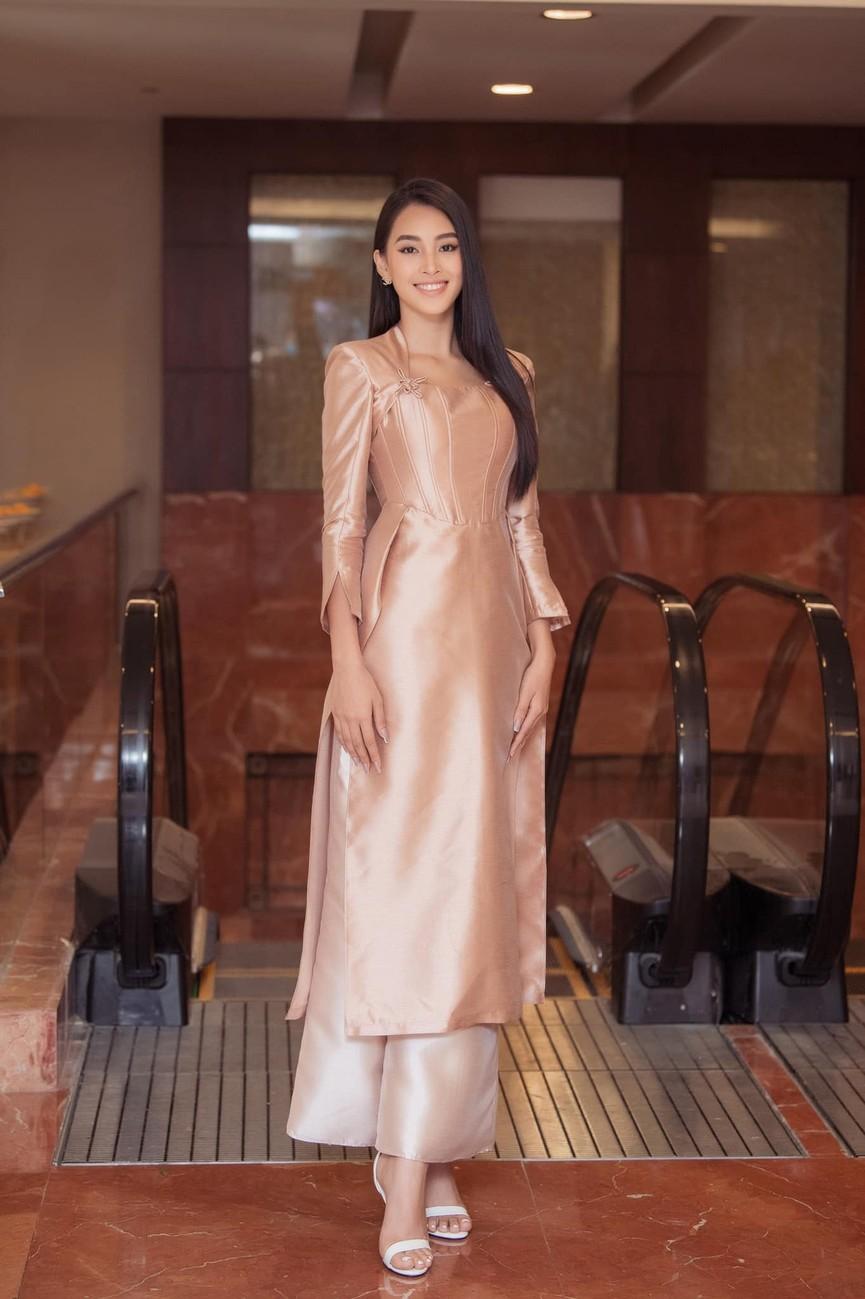 Hoa hậu Tiểu Vy xinh đẹp với áo dài lạ mắt, Khánh Vân diện váy dạ hội cắt xẻ nóng bỏng  - ảnh 1
