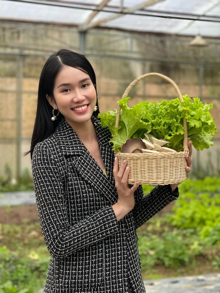 Hoa hậu Tiểu Vy xinh đẹp với áo dài lạ mắt, Khánh Vân diện váy dạ hội cắt xẻ nóng bỏng  - ảnh 11