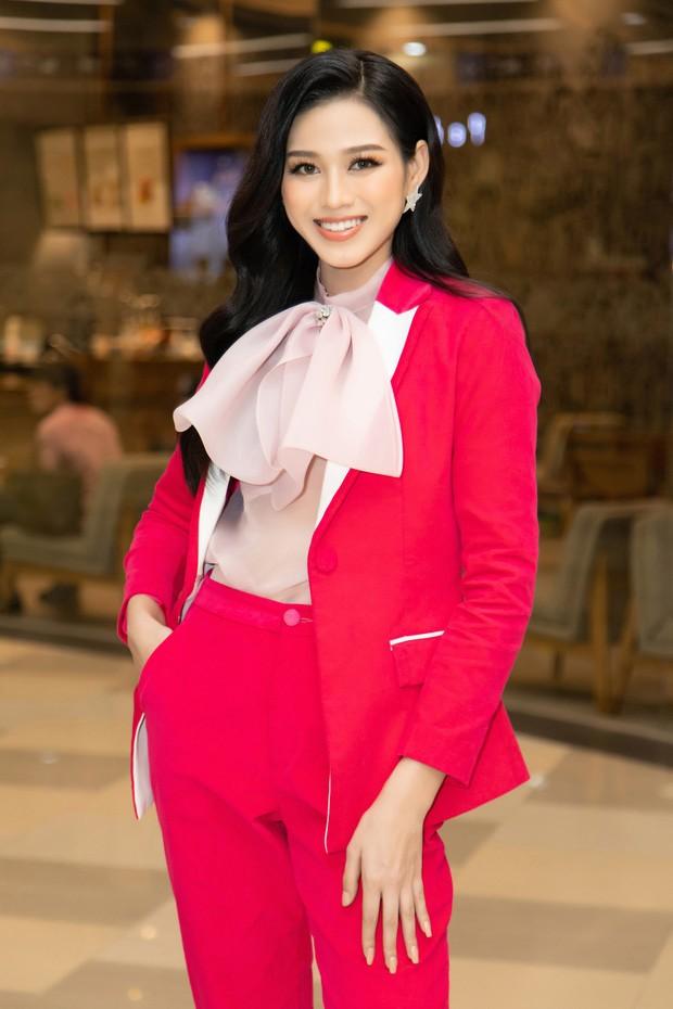 Tuyển tập những bộ váy gam màu đỏ tôn vóc dáng cực nóng bỏng của Hoa hậu Đỗ Thị Hà - ảnh 12