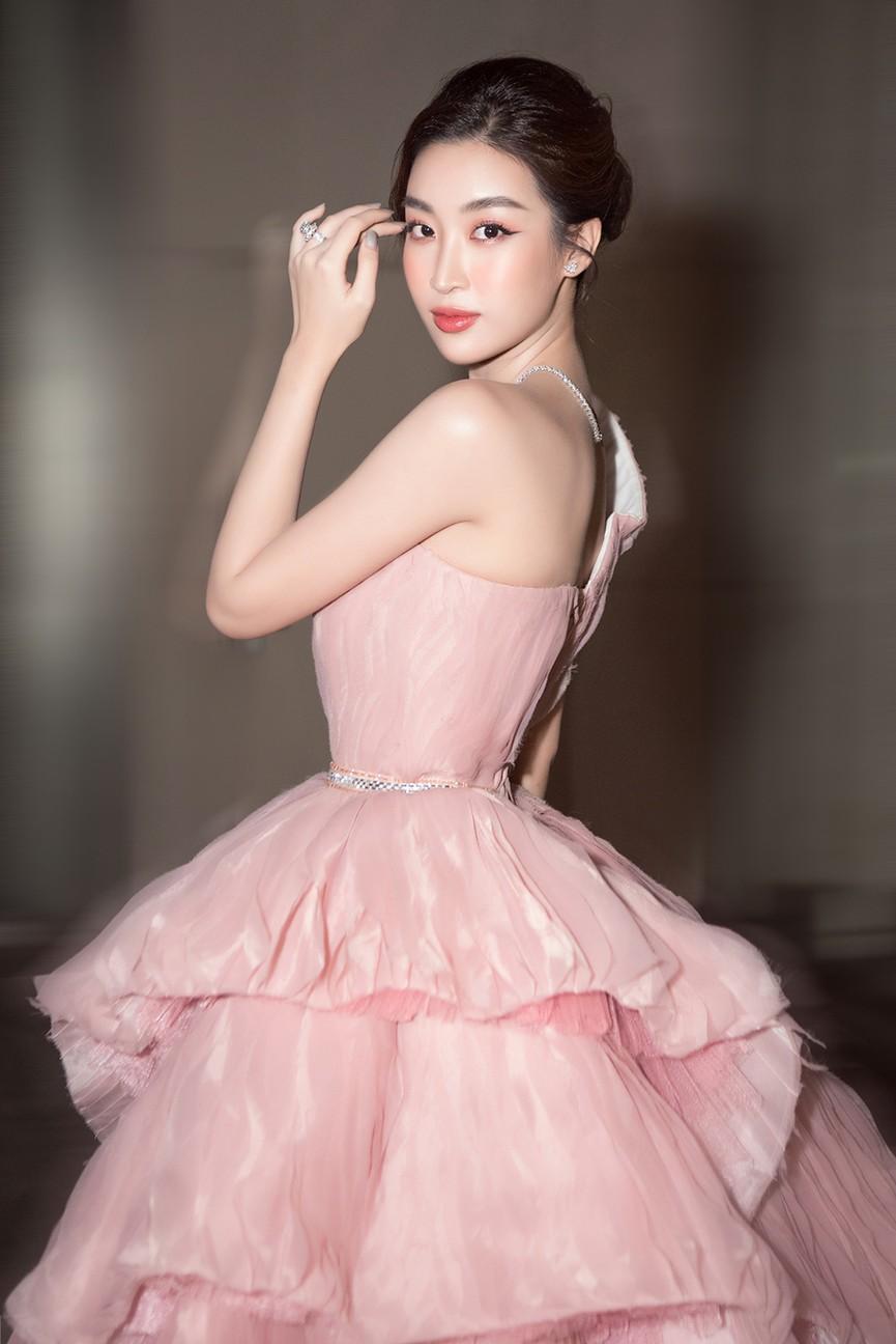 Đỗ Thị Hà, Đỗ Mỹ Linh và dàn hậu mặc váy xẻ khoe chân dài 'cực phẩm' trên thảm đỏ - ảnh 10