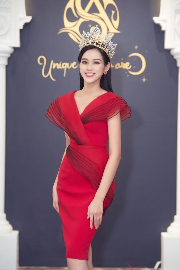 Tuyển tập những bộ váy gam màu đỏ tôn vóc dáng cực nóng bỏng của Hoa hậu Đỗ Thị Hà - ảnh 14