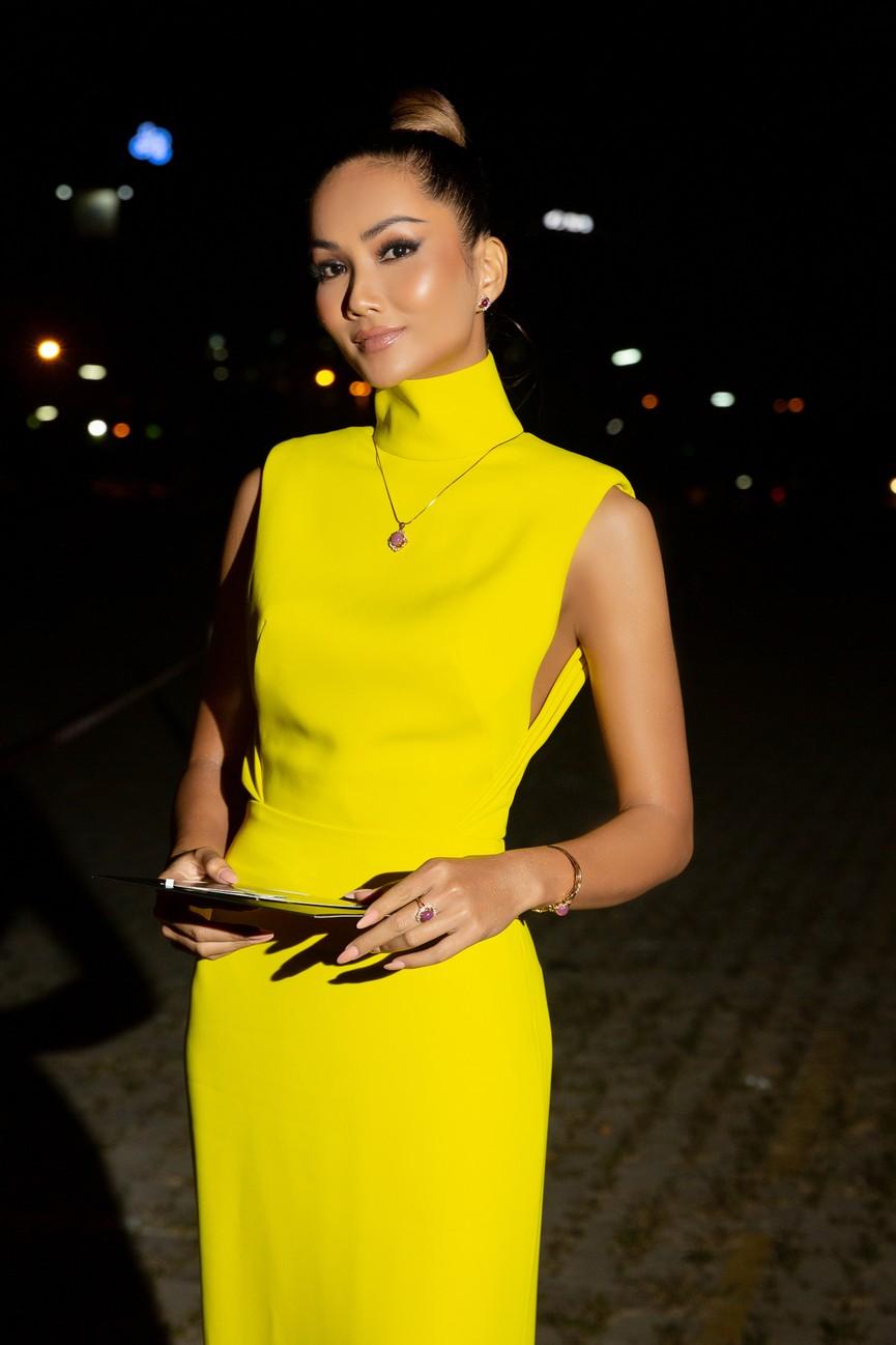 H'Hen Niê diện váy vàng rực, Khánh Vân-Võ Hoàng Yến sexy hết cỡ với váy đính đá - ảnh 3