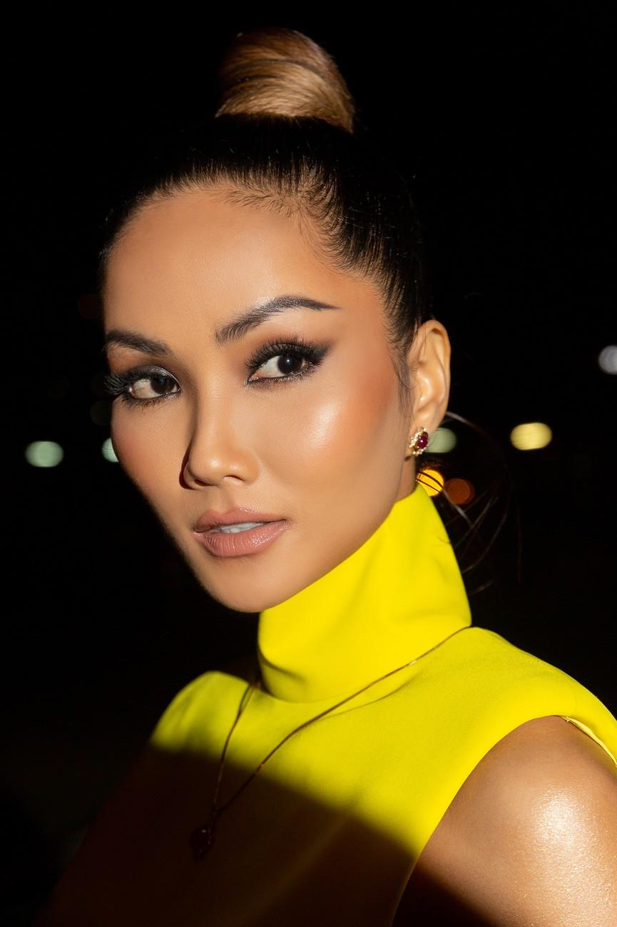 H'Hen Niê diện váy vàng rực, Khánh Vân-Võ Hoàng Yến sexy hết cỡ với váy đính đá - ảnh 4