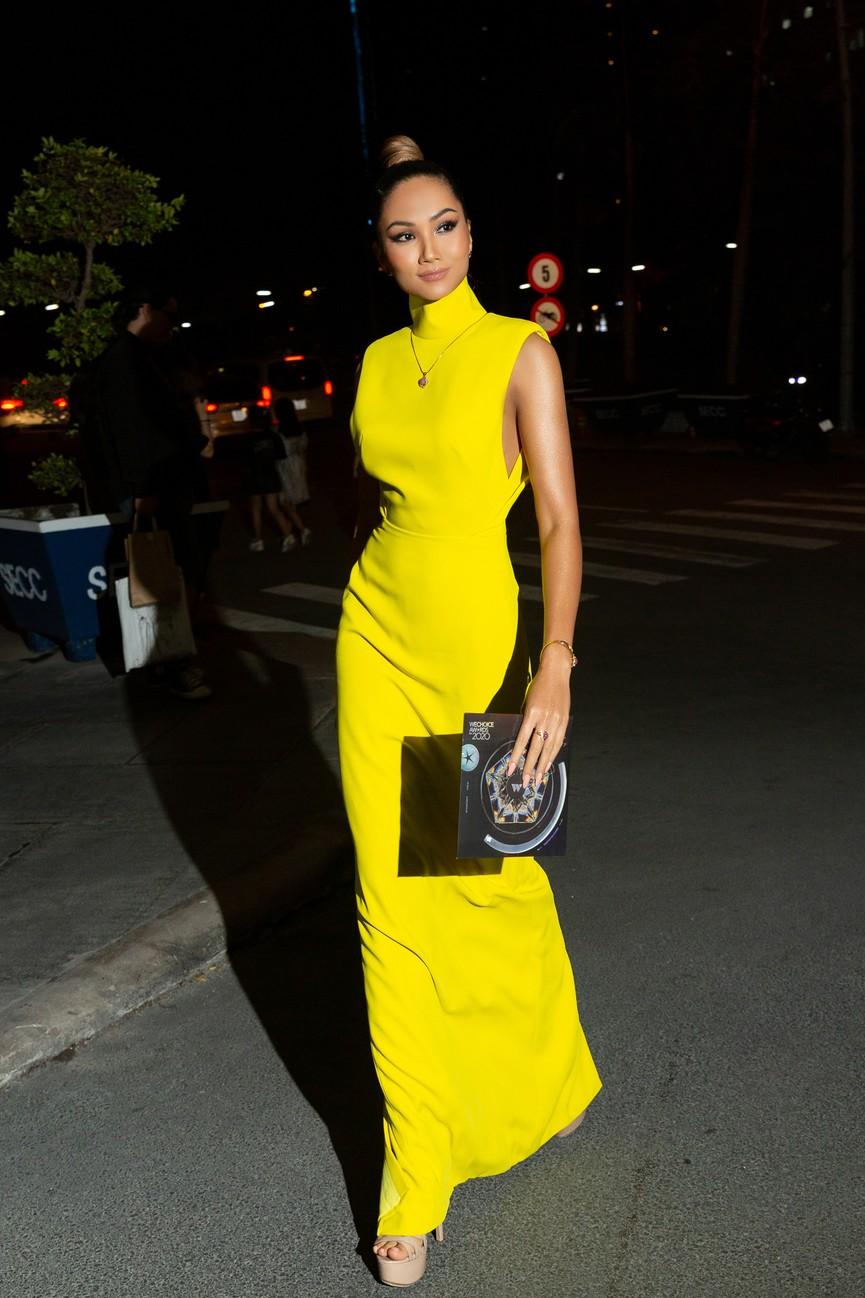 H'Hen Niê diện váy vàng rực, Khánh Vân-Võ Hoàng Yến sexy hết cỡ với váy đính đá - ảnh 1