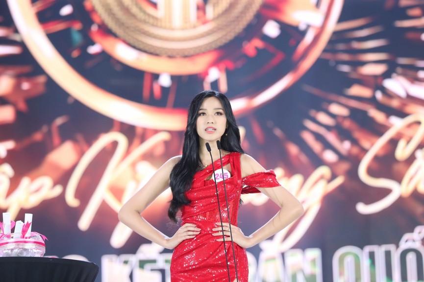 Tuyển tập những bộ váy gam màu đỏ tôn vóc dáng cực nóng bỏng của Hoa hậu Đỗ Thị Hà - ảnh 2