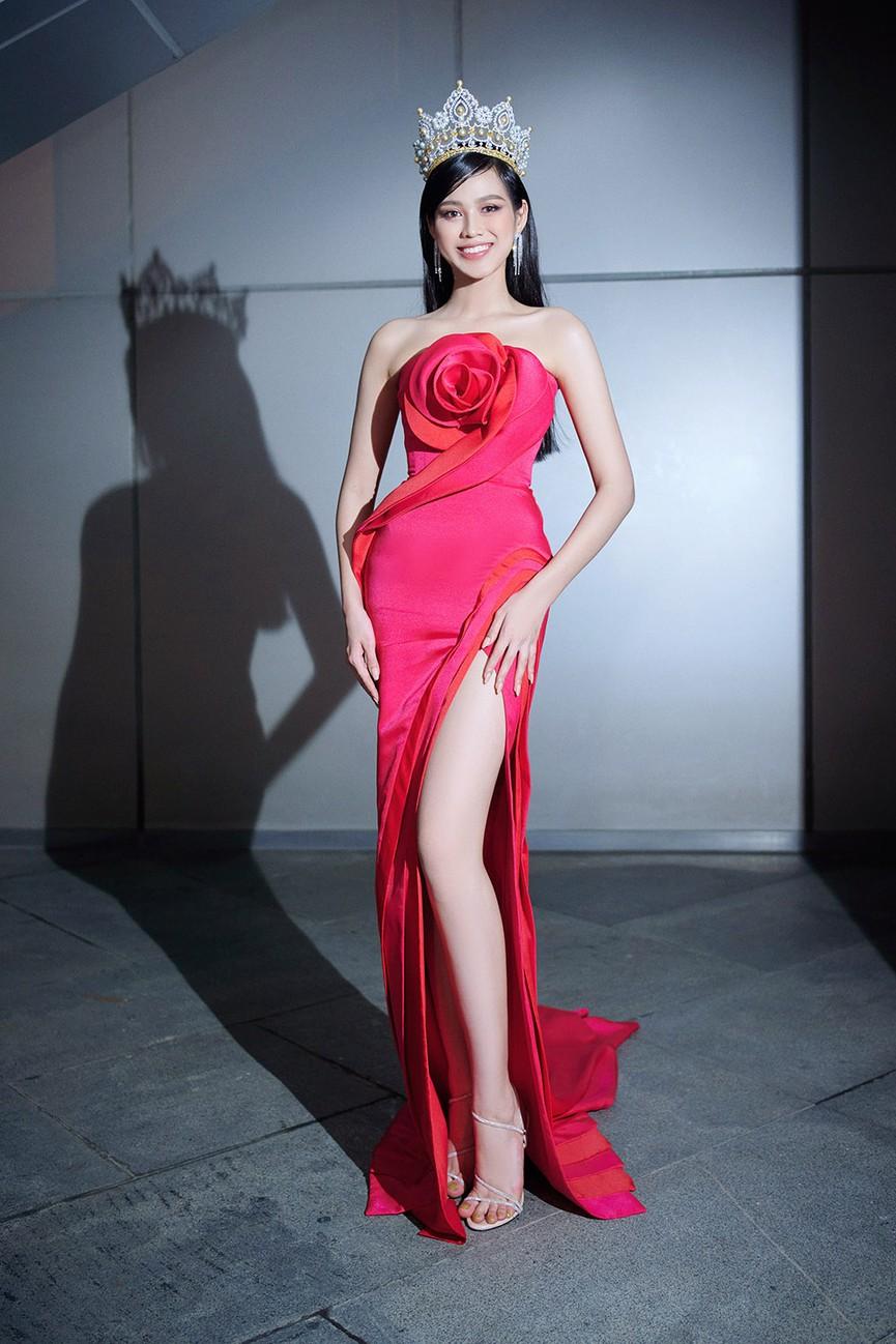 Đỗ Thị Hà, Đỗ Mỹ Linh và dàn hậu mặc váy xẻ khoe chân dài 'cực phẩm' trên thảm đỏ - ảnh 1