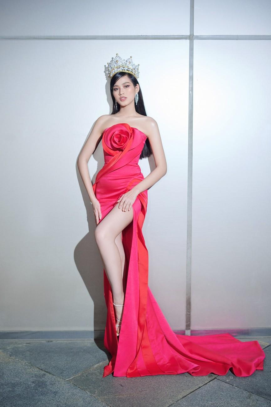 Tuyển tập những bộ váy gam màu đỏ tôn vóc dáng cực nóng bỏng của Hoa hậu Đỗ Thị Hà - ảnh 3