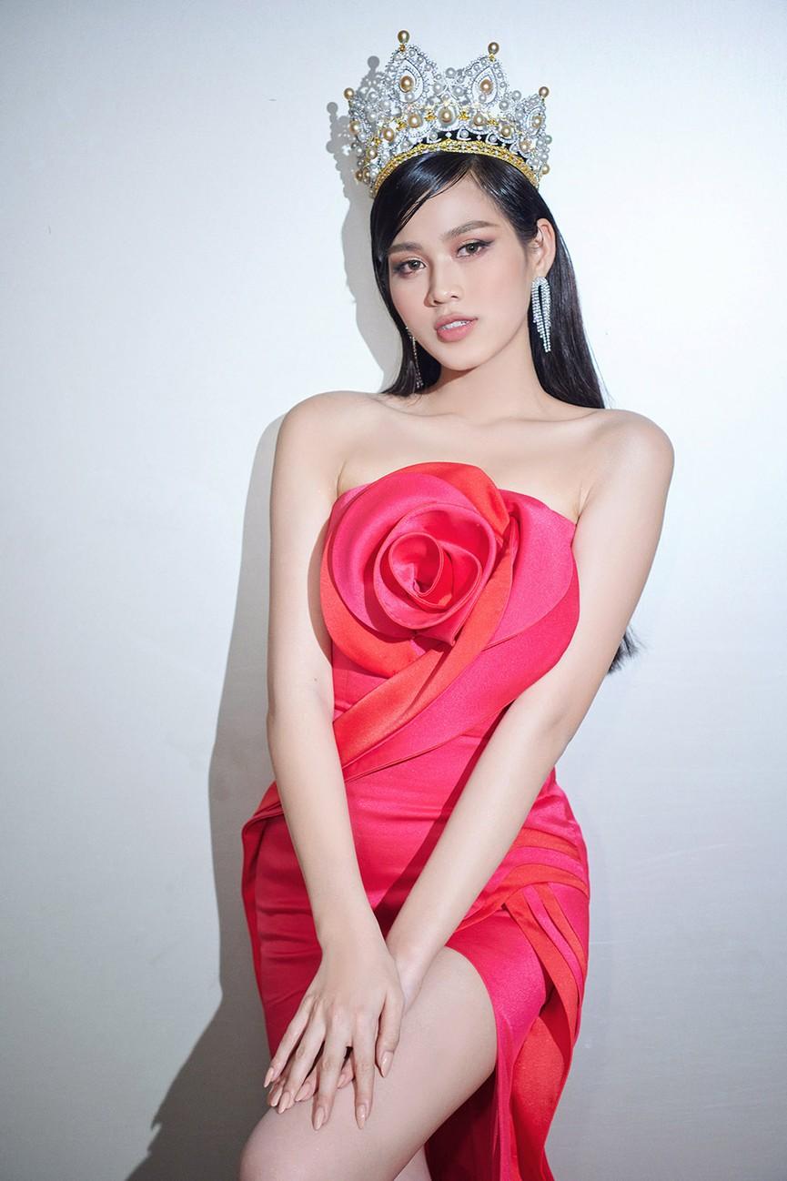 Đỗ Thị Hà, Đỗ Mỹ Linh và dàn hậu mặc váy xẻ khoe chân dài 'cực phẩm' trên thảm đỏ - ảnh 3