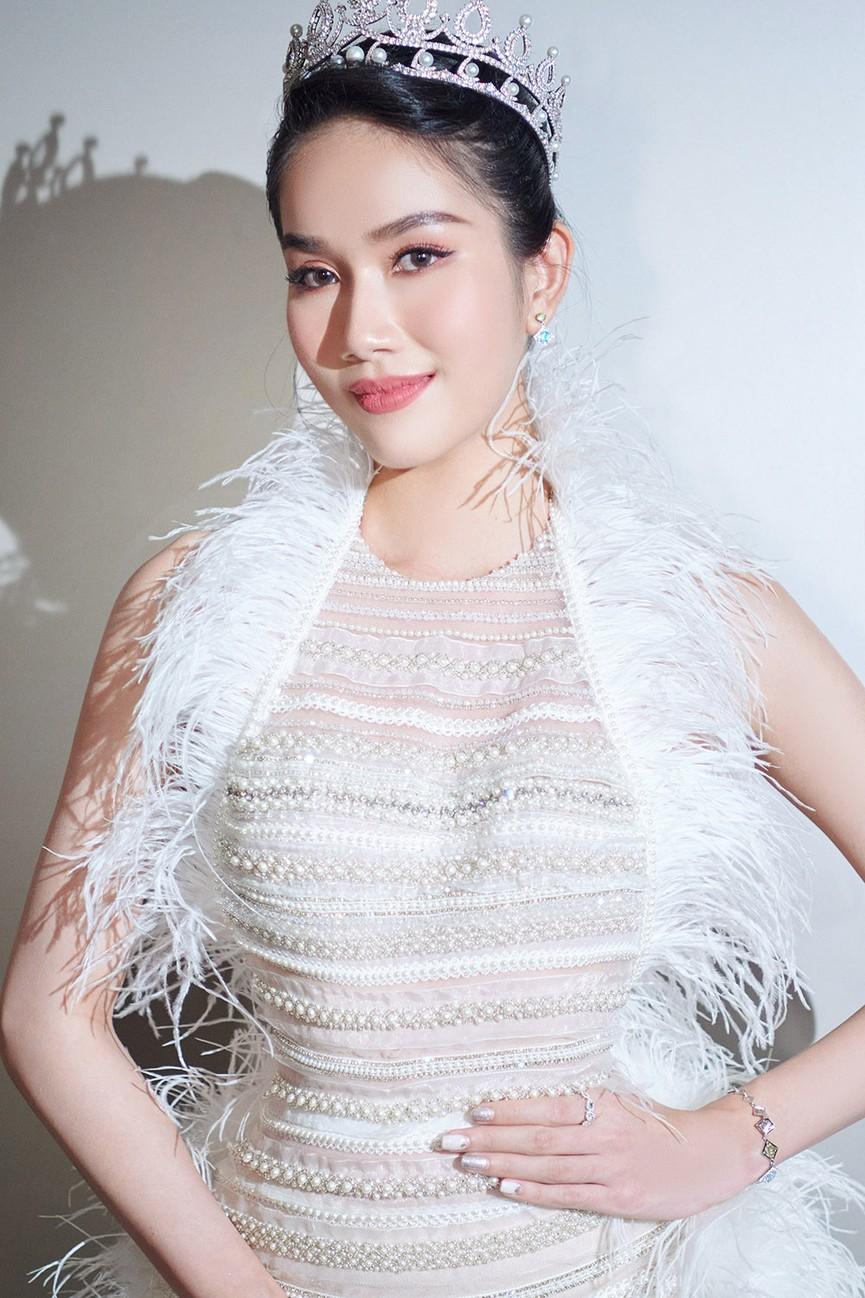 Đỗ Thị Hà, Đỗ Mỹ Linh và dàn hậu mặc váy xẻ khoe chân dài 'cực phẩm' trên thảm đỏ - ảnh 9