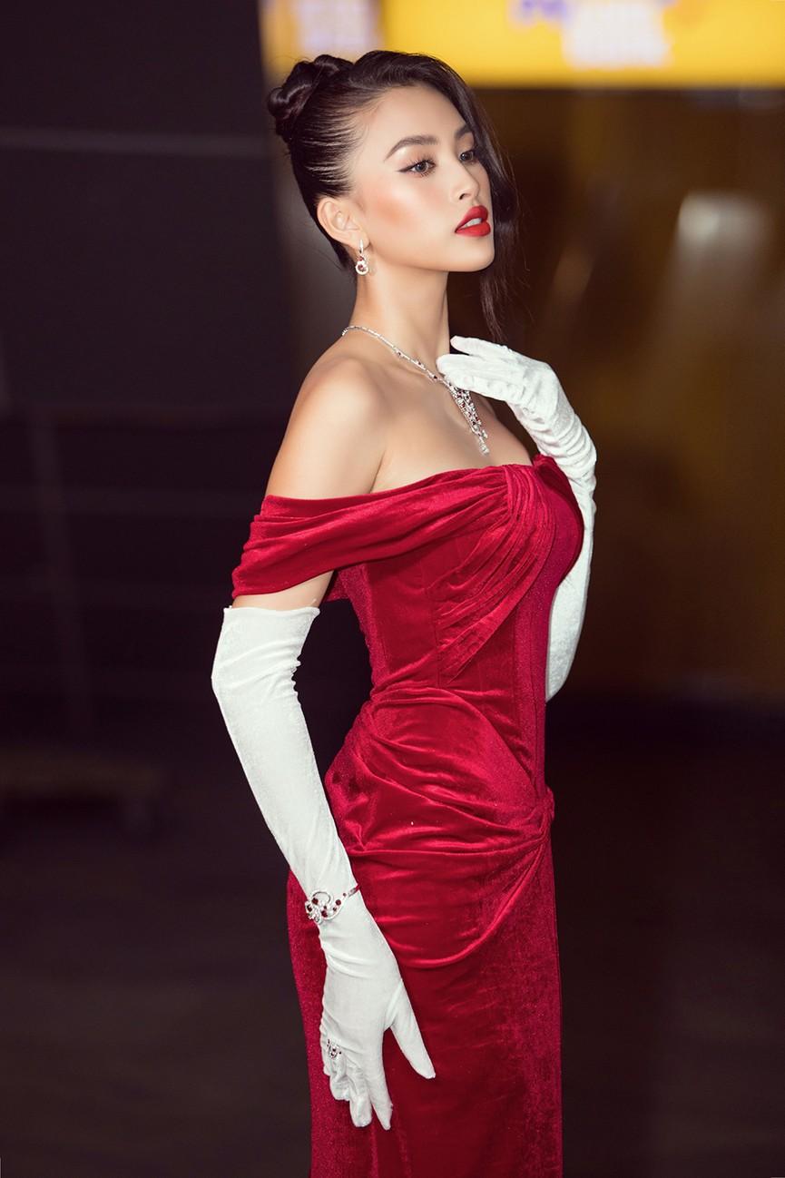 Đỗ Thị Hà, Đỗ Mỹ Linh và dàn hậu mặc váy xẻ khoe chân dài 'cực phẩm' trên thảm đỏ - ảnh 15